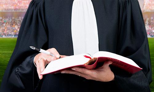 Un avocat consulte le code du sport pour créer une formation d'agent de joueurs
