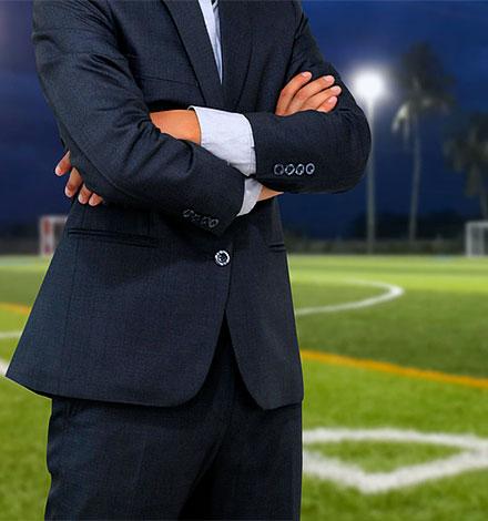 Coach sportif attend les joueurs sur le terrain